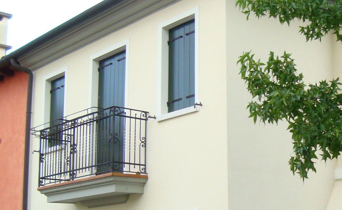 Scuri e finestre in legno scuri in legno treviso venezia for Finestre di artigiano