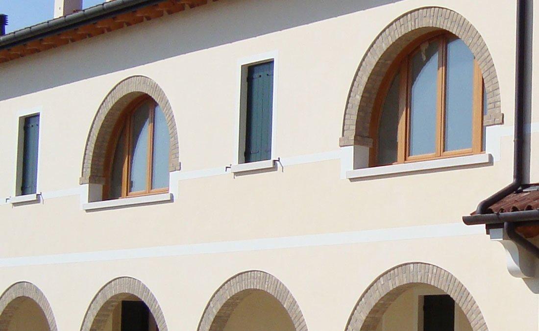 Scuri e finestre in legno scuri in legno treviso venezia for Finestre per case in stile artigiano